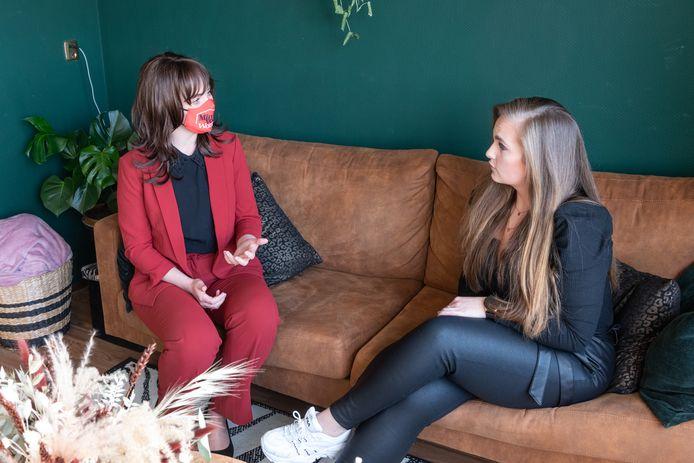 'Minister voor Wonen Stefanie Blokhuizen' met op het mondmasker haar officieuze titel, in gesprek met huurster en psychiatrisch verpleegkundige Riwka Hoogboom: 'De aanstelling van een minister voor Wonen is urgent in deze wooncrisis.'