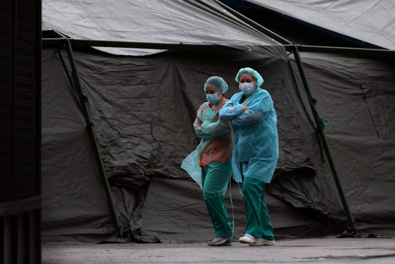 Medisch personeel bij een opgezet veldhospitaal in Madrid.