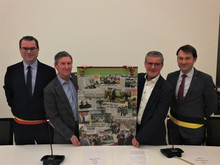 Francky Dury en Willy Naessens met burgemeester Simon Lagrange en schepen Olivier Peirs.