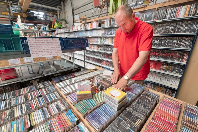 Andre Brouwer van de kringloopwinkel in Groesbeek is aan het kijken of alle cdees goed staan.