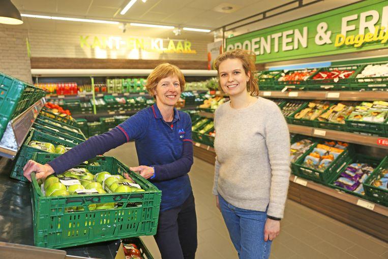 Winkelmanager Vera De Poorter en districtsmanager Tessa De Vriendt in de nieuwe groenten- en fruitafdeling.
