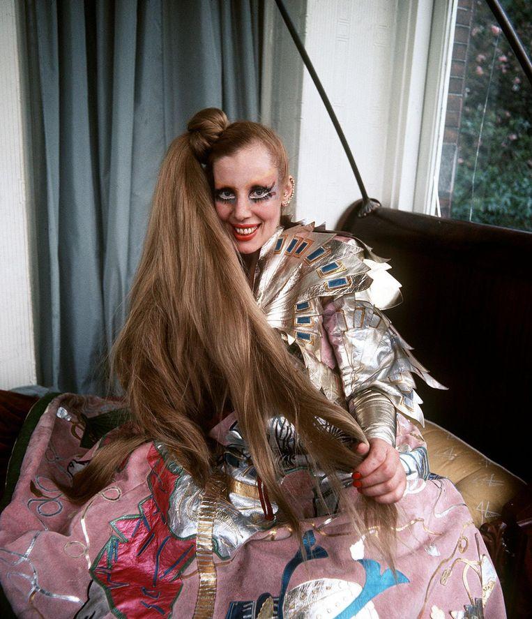 Mathilde Willink in een creatie van modeontwerpster Fon Leng. Beeld Marcel van den Bergh / de Volkskrant