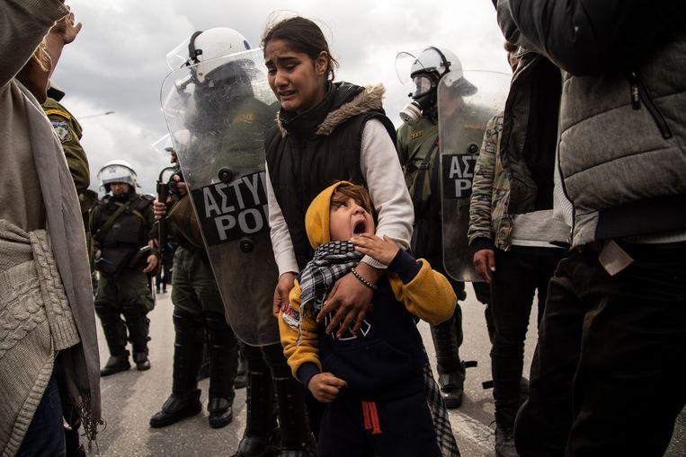 Clash tussen vluchtelingen en oproerpolitie bij protest in februari tegen de situatie in kamp Moria op Lesbos. Beeld Getty Images