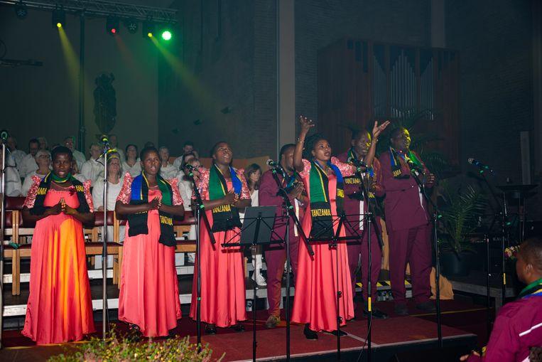 Met veel passie brachten de Tanzaniaanse zangeressen gospelsongs