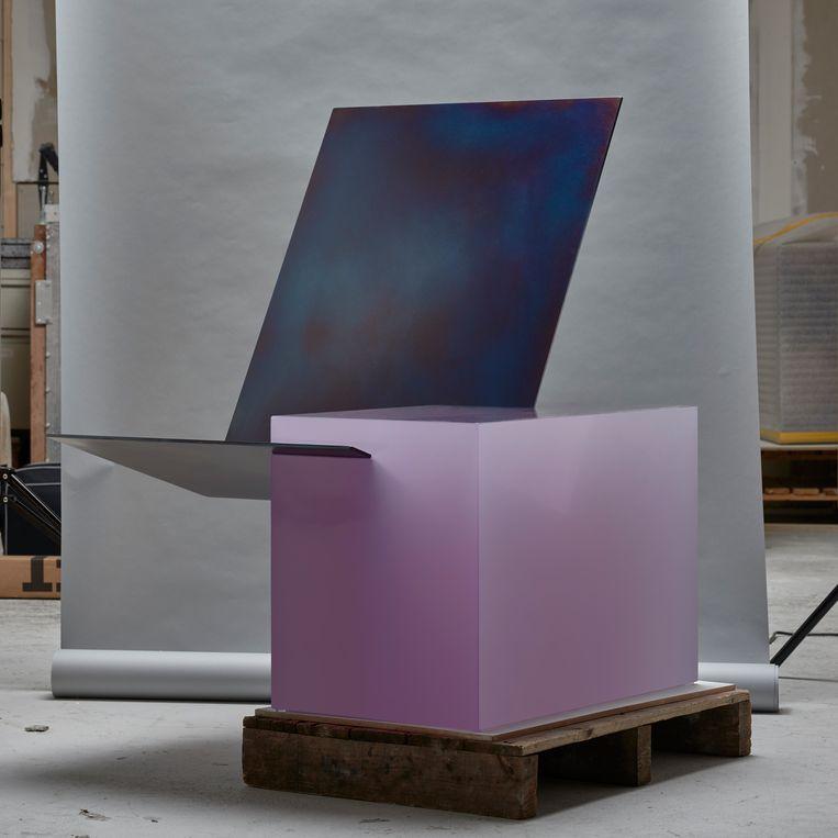 De 'Equals Easy Chair' uit 2017. Het stoelgedeelte is gemaakt uit metaal, De basis is gegoten hars. Beeld RV