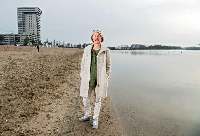 Esther Schulte bij de Zevenhuizerplas. Zij zet zich in voor een verwarmd zwembad waar tussen maart en oktober gezwommen kan worden.
