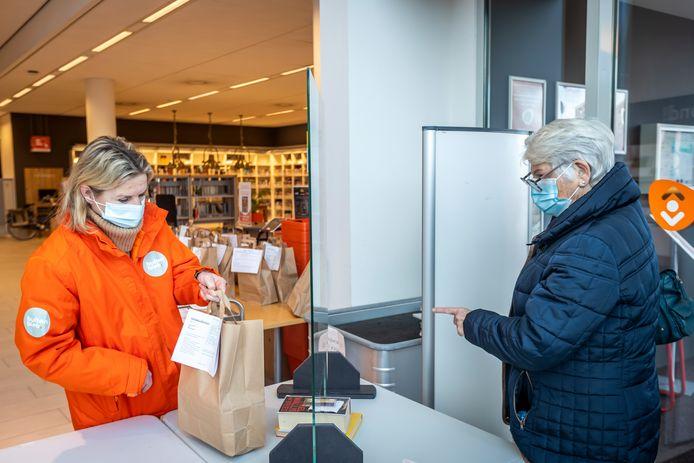 Via de Afhaalbieb, zoals hier in Helmond, kunnen wel boeken gereserveerd worden.