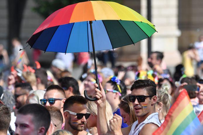 Mensen verzamelen zich voor het parlementsgebouw in Boedapest, tijdens de jaarlijkse Pride Parade in 2019.