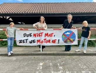 """""""Doe niet maf, zet je motor af!"""": leerlingen geven met banners duidelijk signaal aan schoolpoort"""