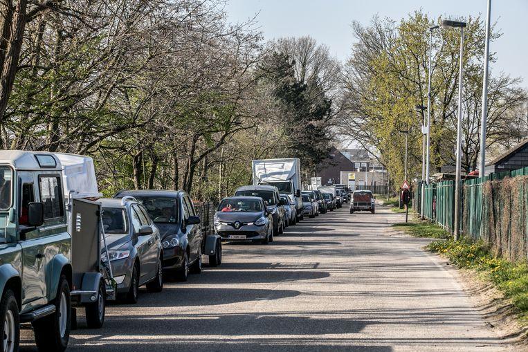 Aanschuiven voor het containerpark in Hasselt.  Beeld Mine Dalemans