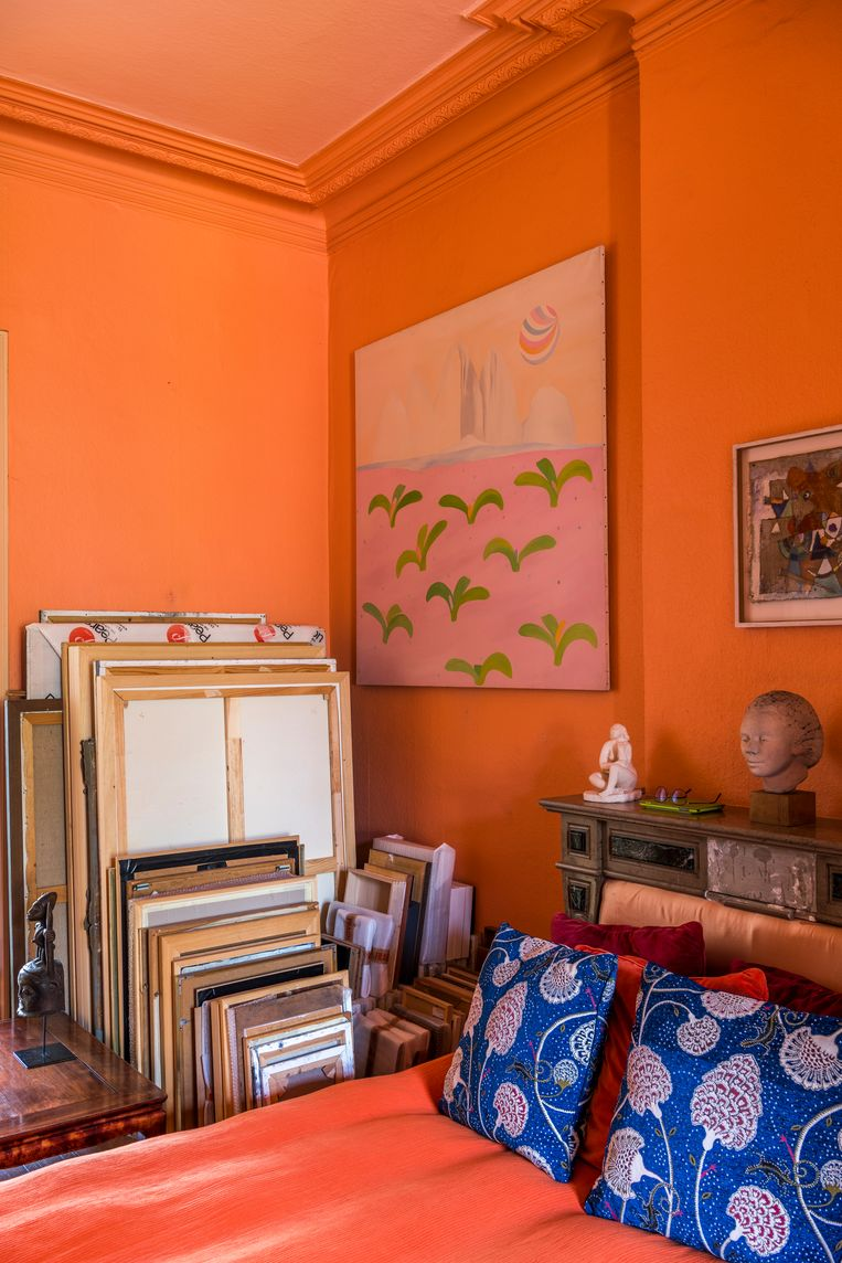 Kunst neemt elke ruimte in. De masterbedroom dient tegelijk als stapelruimte.  Beeld Luc Roymans