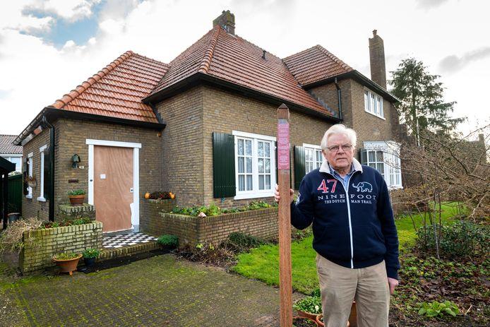 Hans Ariëns staat bij het huis waar in de Tweede Wereldoorlog meneer Visser is omgekomen, met een voorbeeld van een gedenkteken dat hij ergens op die plek wil neerzetten.