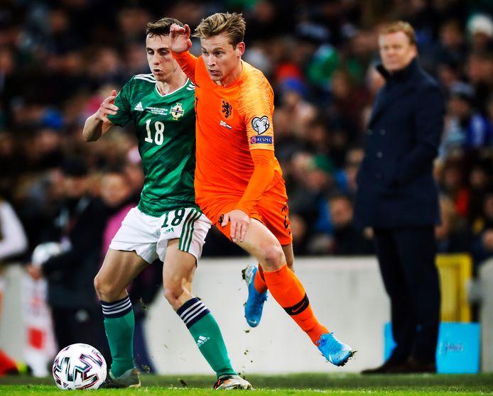 Het Nederlands elftal plaatste zich voor het EK na een 0-0 gelijkspel in Noord-Ierland. Hier flitst Frenkie de Jong voorbij Gavin Whyte.