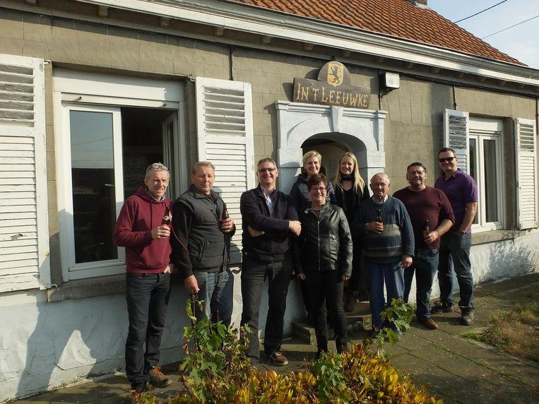 Het feestcomité Nie GeZeVerd! en de ouderraad aan café 't Leeuwke.
