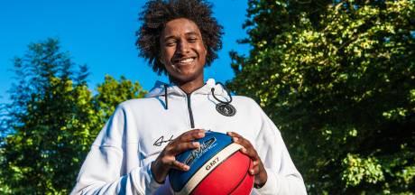 Tijdelijk teruggekeerde basketballer Massal Diouf volgt zijn lessen in de nachtelijke uren