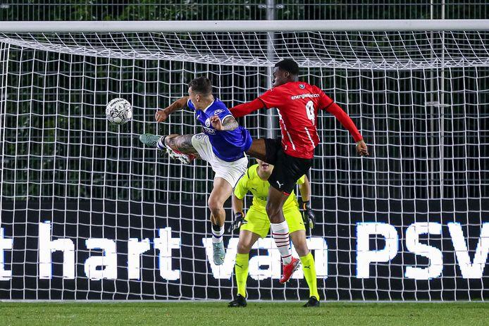 Met een welgemikte karatetrap schiet Jizz Hornkamp de 0-1 binnen tegen Jong PSV.
