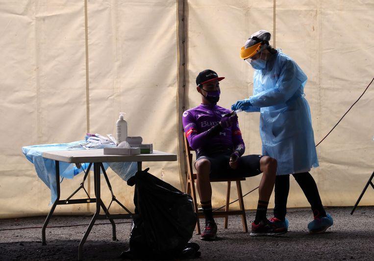 Een renner van het Burgos-team ondergaat een coronatest voor de start van de zesde Vuelta-etappe. Beeld EPA