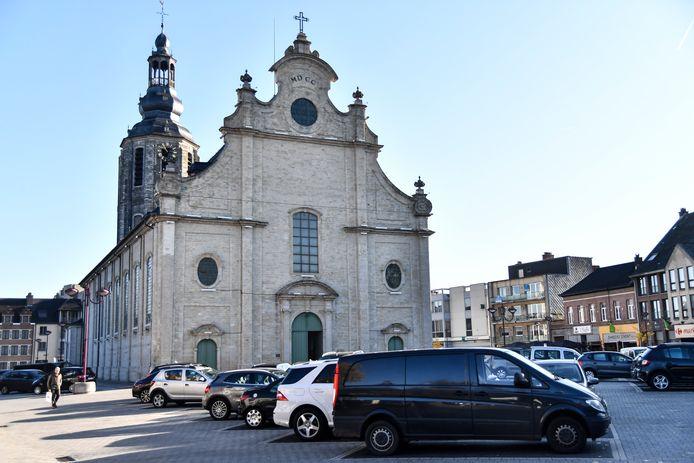 De beklaagde was als een gek rondjes beginnen rijden rond de kerk en reed een omstaander aan.