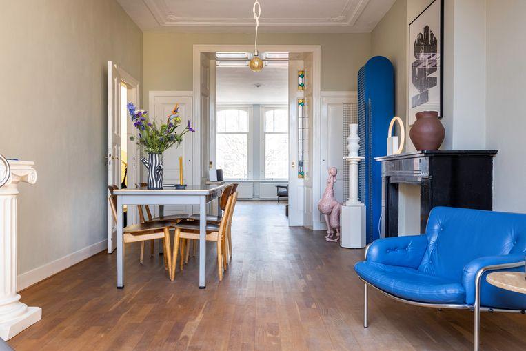 Heel af en toe krijgt de woonkamer een traditionele inrichting met een eettafel van Gispen en stoelen van Pastoe. Beeld Henny van Belkom