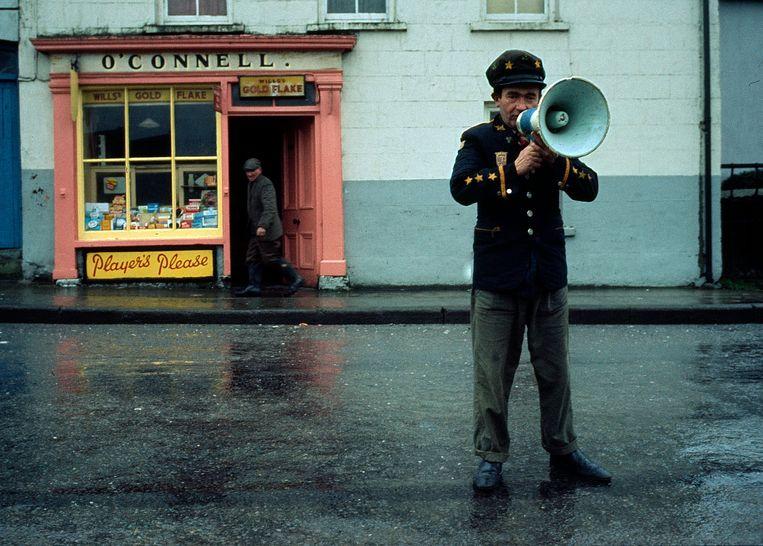 Dorpsomroeper in Bantry, Ierland (1969). Beeld Eddy Posthuma de Boer