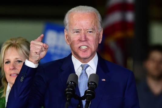 Joe Biden, met achter zich zijn vrouw Jill, tijdens een Super Tuesday-event in Los Angeles.