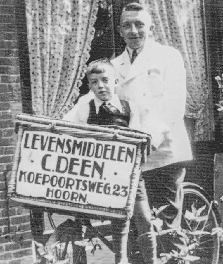 Oprichter Cornelis Deen met zijn neefje op de fiets, omstreeks 1940.  Beeld Deen Supermarkten