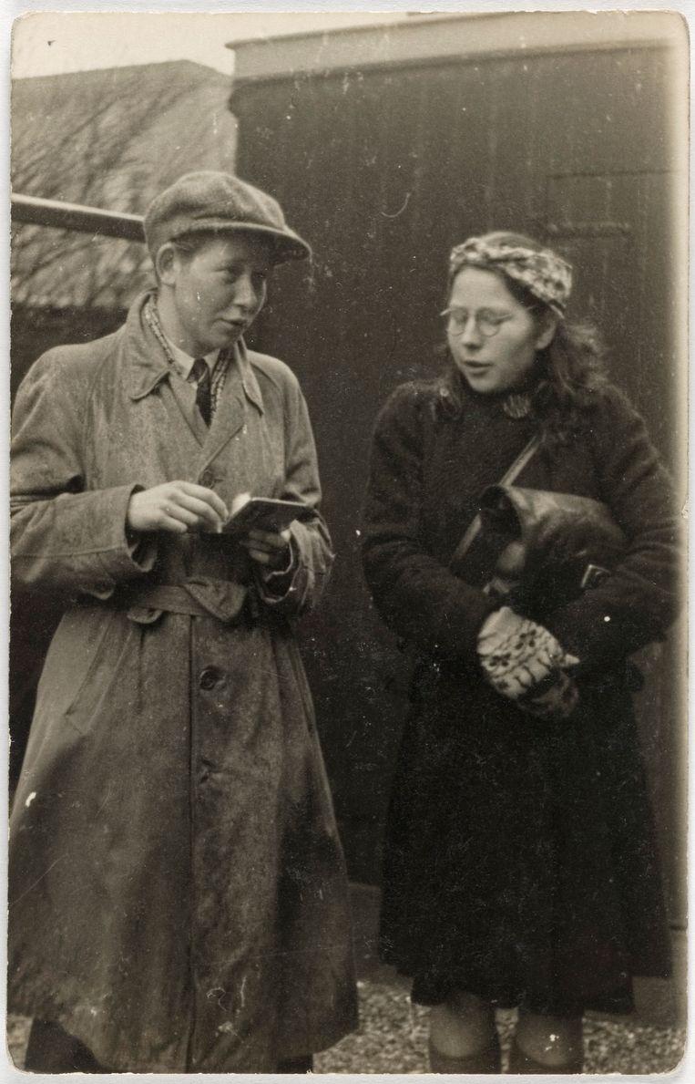 Hannie Schaft is een van de bekendste verzetsstrijdsters uit de Tweede Wereldoorlog. Samen met haar vriendin Truus Oversteegen pleegt ze aanslagen op NSB'ers en saboteert ze spoorlijnen en bruggen. De foto is door onderduiker Harold van Welsenes gemaakt in de Iordensstraat. In de tassen die de dames bij zich hebben zijn pistolen verborgen. Hannie staat rechts op de foto, links staat Truus vermomd als man. Beeld Rechtenvrij