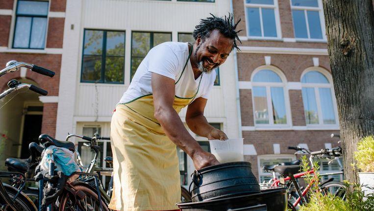 Zuid-Afrikaanse Amsterdammer Sizwe Abrahams (53), oud-lijfwacht van Mandela, heeft van koken zijn vak gemaakt Beeld   Marc Driessen