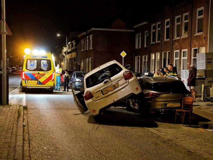 Auto belandt bovenop andere auto in Bergen op Zoom, bestuurster aangehouden