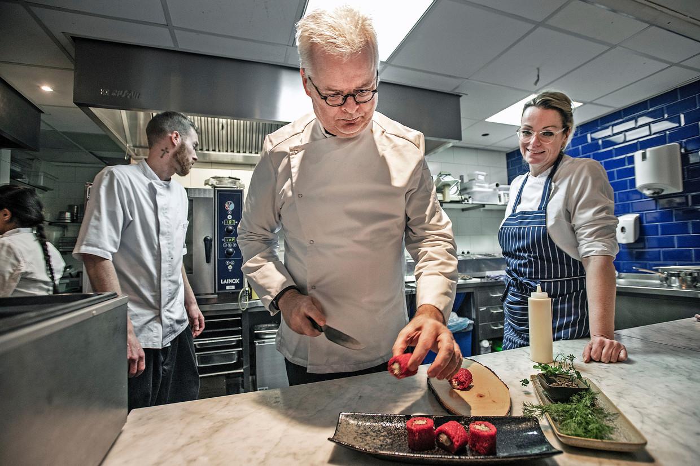 Chefkok van restaurant De Vegetarische Slager. Directeur Jaap Korteweg verwacht dat vleesvervangers over tien jaar goedkoper zijn dan vlees. Beeld Guus Dubbelman / de Volkskrant