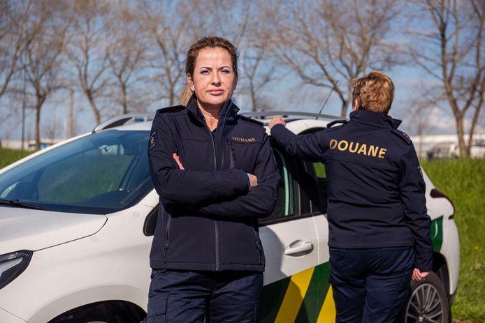 Katja van de douane in Moerdijk in haar nieuwe uniform. Op achtergrond collega Carla. Beiden zijn zeer over de nieuwe, door Mart Visser ontworpen bedrijfskleding te spreken.