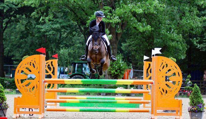 Nina Dubbeldam in actie tijdens Outdoor Wierden met haar paard Ermita di Fer.