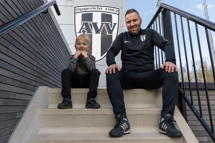 Jeffrey Kleijn met zijn zoontje Max op het complex van voetbalvereniging Asperen.