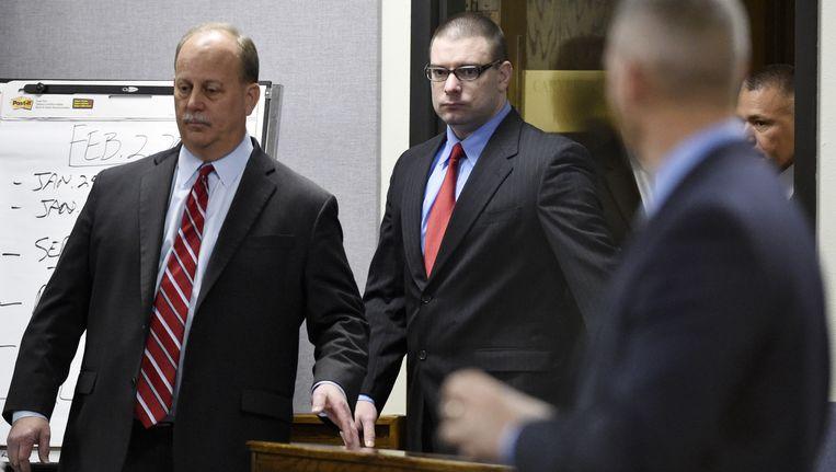 Ex-marinier Eddie Routh (midden) komt de rechtszaal binnen. Beeld ap