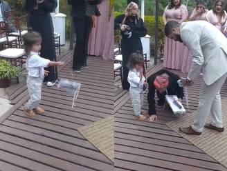 Ringdrager laat ringen vallen voor de ogen van het bruidspaar