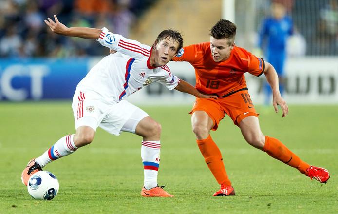Marco van Ginkel (rechts) in duel met Sergei Petrov.