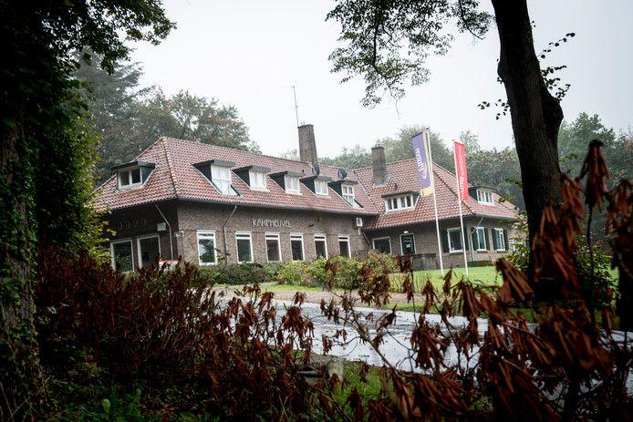 Een van de gebouwen van jeugdinstelling De Hoenderloo Groep in de bossen bij Hoenderloo.