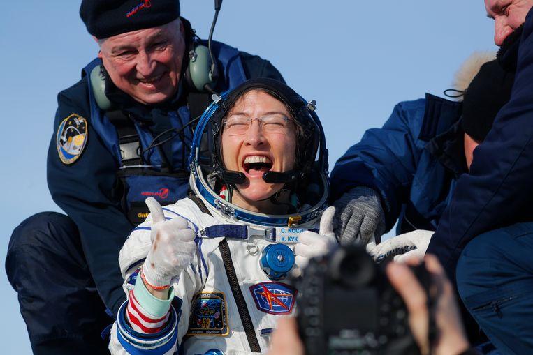 NASA astronaut Christina Koch verlaat de Russische Soyuz MS-13 ruimtecapsule na een landing in een afgelegen gebied van Kazachstan. (06/02/2020)