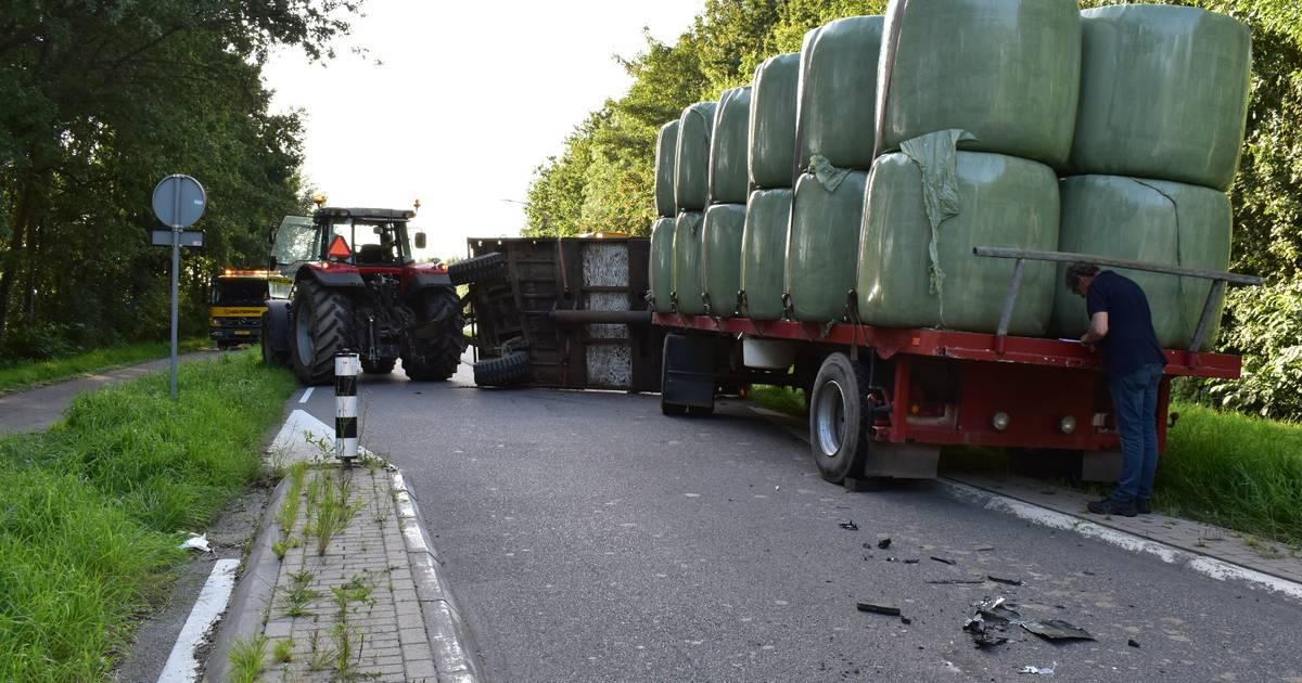 Aanhanger met hooibalen slaat om bij aanrijding in Ressen.