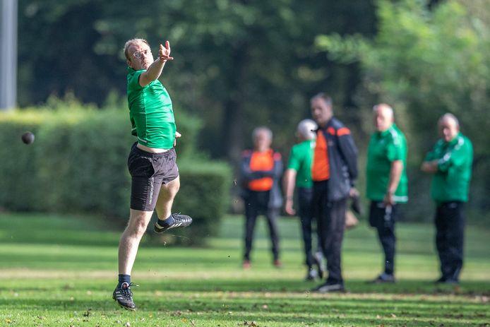 Een speler van Noord Berghuizen in actie tegen Nooit Gedacht.
