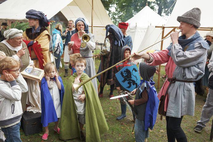 Een eerdere editie van het Gebroeders Van Lymborch Festival in het Nijmeegse Valkhofpark, met middeleeuwse muzikanten en kinderen verkleed als ridders.
