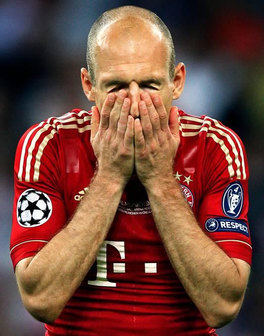 Arjen Robben slaat zich voor het gezicht na het missen van de penalty tegen Chelsea in de Champions League-finale.