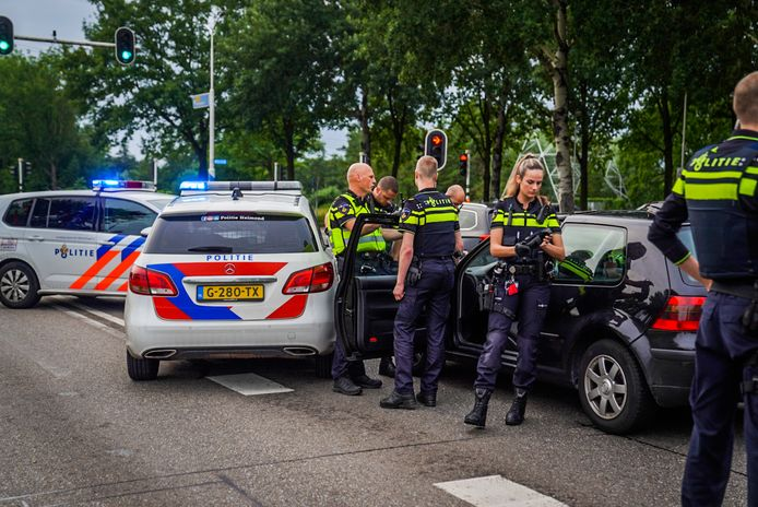 Meerdere politiewagens waren betrokken bij het klemrijden van een verdachte auto in Nuenen.