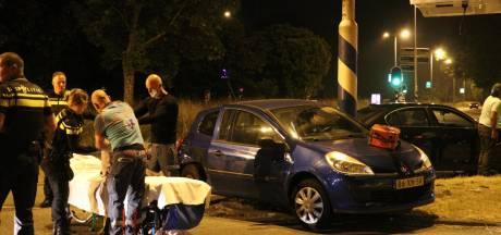 Automobilist knalt na botsing tegen lantaarnpaal en wordt door door ambulancebroeders uit auto gered