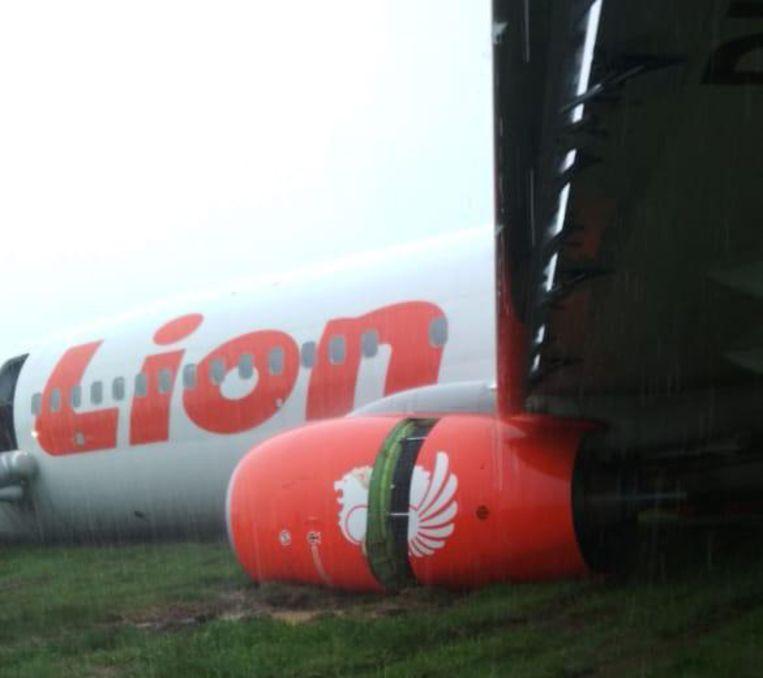 De Boeing kwam tot stilstand in het gras naast de landingsbaan.