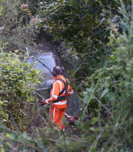 Auto belandt diep in groenstrook Midden-Brabantweg, bestuurder raakt gewond