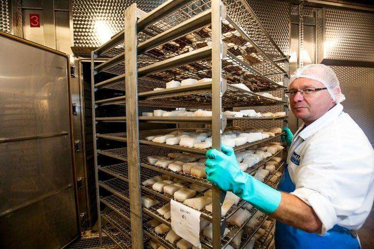Seagull-medewerker Erwin duwt de mootjes de oven in.