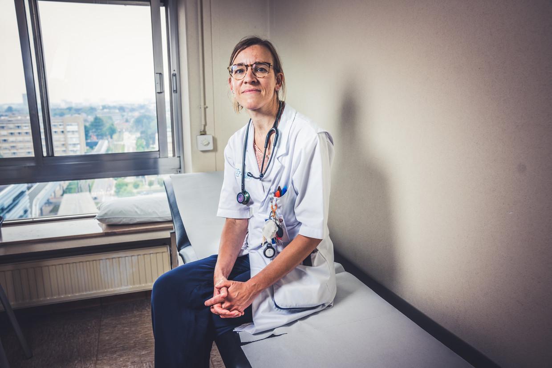 """Tessa Kerre is kankerprof in het UZ Gent en gespecialiseerd in stamceltransplantaties en immunotherapie. """"Ik zie veel van mijn patiënten door een hel gaan. Dat blijft me raken."""" Beeld Wannes Nimmegeers"""