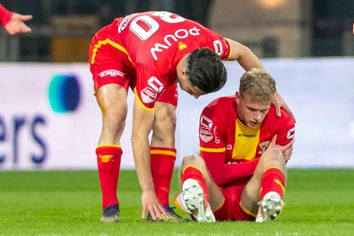 Luuk Brouwers (r) voelt aan zijn schoudern en zal het duel met NEC niet vervolgen.
