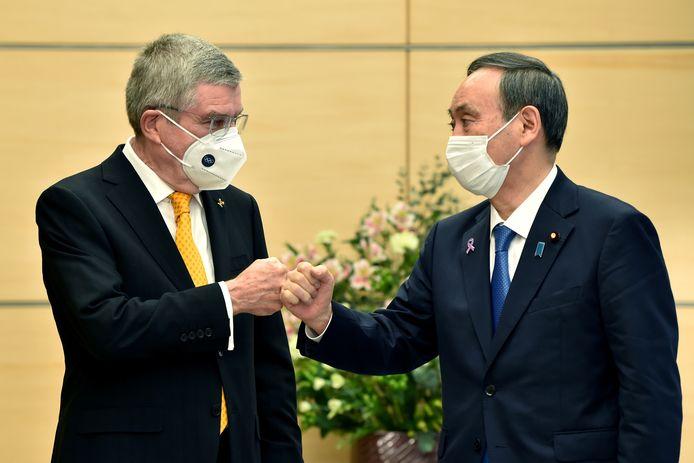 Thomas Bach, président du Comité international olympique et Yoshihide Suga, le Premier ministre japonais.